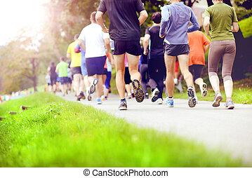 Unidentifizierte Marathonläufer laufen.