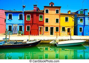 Venedig Wahrzeichen, Burano Insel Kanal, bunte Häuser und Boote, Italien. Lange Fotografie