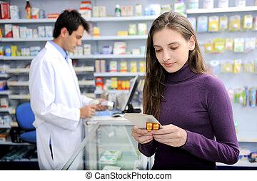Verbraucher mit Medizin in der Apotheke