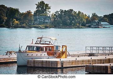 vereint, dock., bunte, lebhaft, see, bäume., autumn., ontario, staaten, kanada, yacht, klassisch, america.