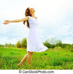 Vergnügen. Freie, glückliche Frau, die die Natur genießt.