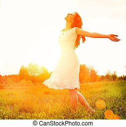 Vergnügen. Freie, glückliche Frau, die die Natur genießt. Mädchen draußen