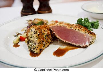 Verkrusteter Ahi Thunfisch auf weißem Teller