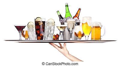 Verschiedene Alkoholgetränke auf einem Tablett.