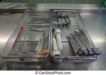 Verschiedene chirurgische Instrumente.