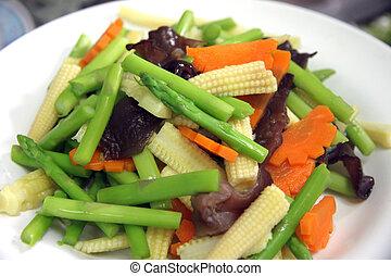 Viele Arten von geschnittenem Gemüse in Gericht.