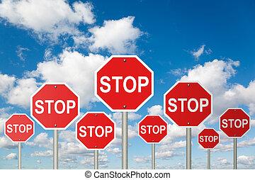 Viele Stoppschilder auf White, fluffige Wolken im blauen Himmel kollabieren