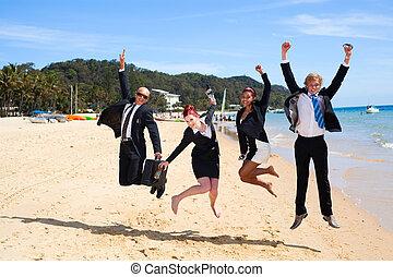 Vier Geschäftsleute springen
