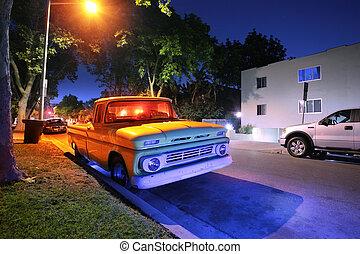 Vintage American Pickup in der Nacht auf einer Straße in Los Angeles, Kalifornien, USA.