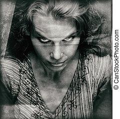 Vintage Portrait einer furchterregenden Frau mit bösem Gesicht.