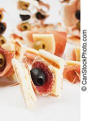Vorspeise mit Salami und schwarzer Olive