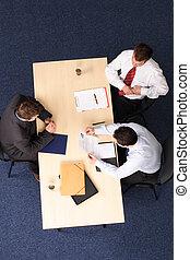 Vorstellungsgespräch - drei Geschäftsmänner treffen sich