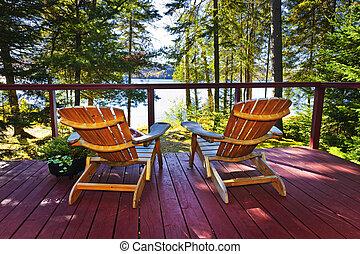Walddeck und Stühle