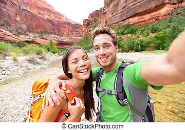 Wandern Selbstie von glücklichen Paar auf Wanderung