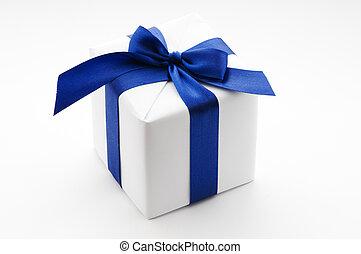 Weiße Geschenkbox mit blauem Band.