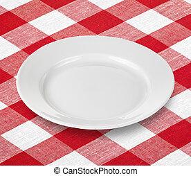 Weiße leere Platte auf rotem Ingham-Tischtuch.