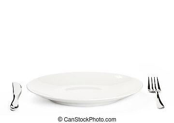 Weißer Teller mit Besteck im weißen Hintergrund