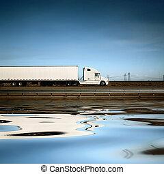 Weißer Truck auf der Straße unter blauem Himmel