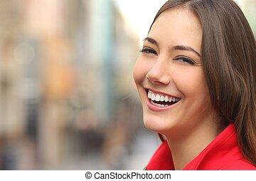 Weißes Lächeln mit perfekten Zähnen auf der Straße.