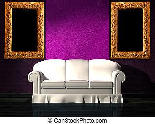 Weißes Sofa mit lila Teil der Wand in minimalistischem Interieur.