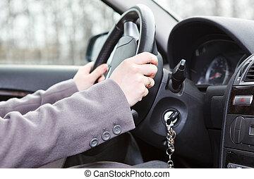 Weibliche Hände auf dem Lenkrad im Landfahrzeug