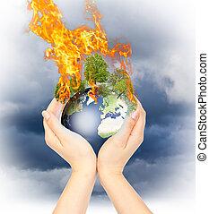 Weibliche Hände, die Erde verbrennen.