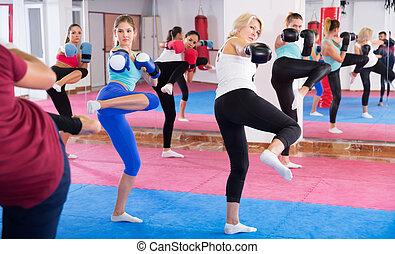weibliche , tritt, gruppe, heiter, turnhalle