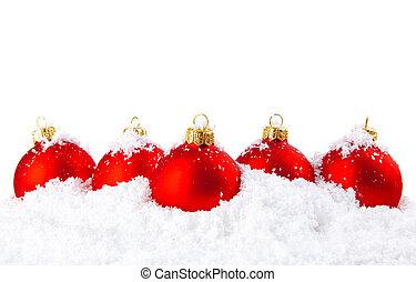 Weihnachtsdekoration mit weißem Schnee und roten Schalen