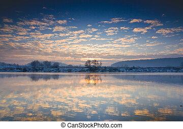Winter Sonnenaufgang über dem Fluss