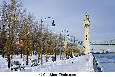 Winterpark durch Flussuhr Turm Schnee Montreal.