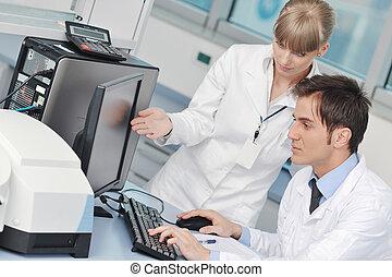 Wissenschaftler im hellen Labor.