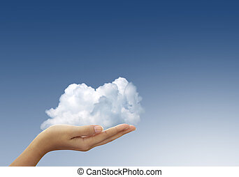 Wolken in Frauen Händen am blauen Himmel.
