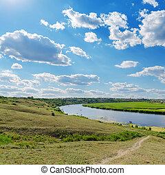 Wolkenhimmel über dem Fluss