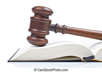 Wooden Hammer und Gesetzbuch