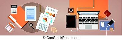 Workplace Desk Top-Ansicht Tablet Laptop Computer mit Papierdokumenten Berichte Finanzgrafik.