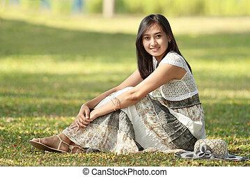 Wunderschöne asiatische Frau draußen