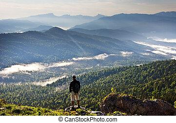 Wunderschöne Berglandschaft und Mensch