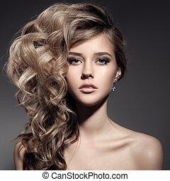 Wunderschöne blonde Frau. Locke lange Haare