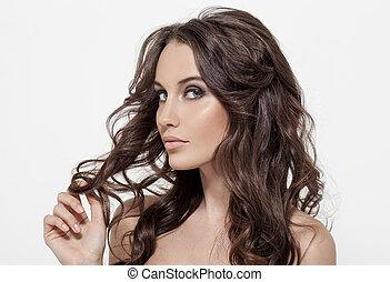 Wunderschöne brünette Frau. Locke lange Haare.