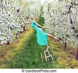 Wunderschöne Frau im farbenfrohen Obstgarten.