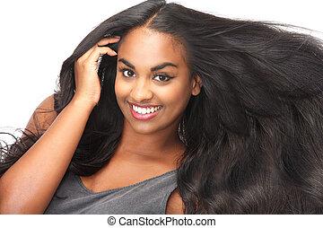 Wunderschöne Frau, lächelnd mit fließenden Haaren, isoliert auf weiß