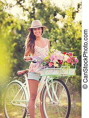 Wunderschöne junge Frau auf dem Fahrrad