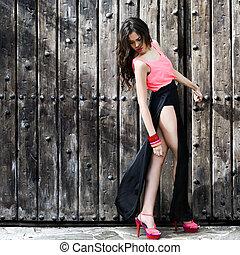Wunderschöne junge Frau, Modemodell, mit sehr langen Beinen