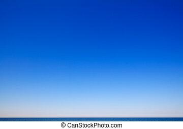 Wunderschöne Seekapelle mit blauem Himmel