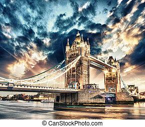 Wunderschöne Sonnenuntergänge über der berühmten Turmbrücke in London