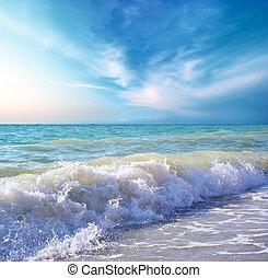 Wunderschöne Strandküste am Tag. Naturkomposition.