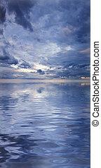 Wunderschöne Wasserspiegelung von evokativer Wolkendecke