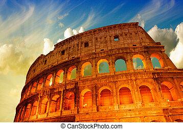 Wunderschöner dramatischer Himmel über Kolosseum in Rom