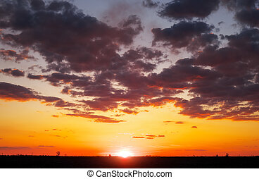 Wunderschöner Himmel bei Sonnenuntergang oder Sonnenaufgang.