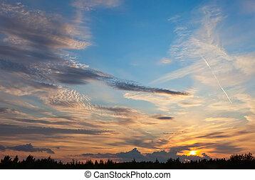 Wunderschöner Himmel mit Wolken am Sonnenuntergang